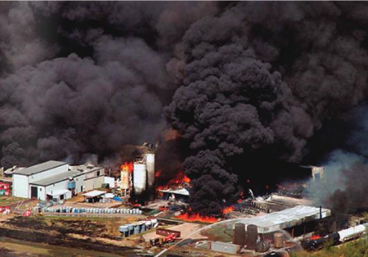 2011ko urria. Magnablend enpresan izadako sutea Waxahachie-ko (Texas) faktorian. Haustura hidraulikorako produktuak egiten dituen enpresa da Magnablend.