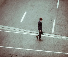 hombre-andando-ciudad-traje