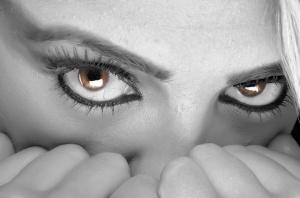 ojos-mujer-con-miedo-escondida